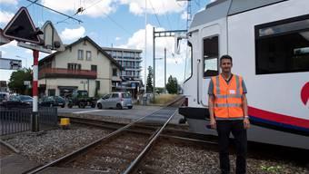 Daniel Giger, Leiter Infrastruktur WSB, steht vor der Kreuzung der Gleise von SBB und WSB im Zentrum von Oberentfelden. Alex Spichale