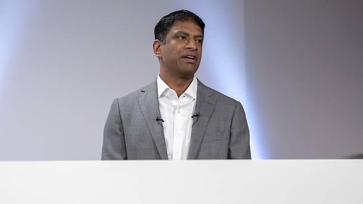 Novartis-Chef Vas Narasimhan kann im Startquartal  in den weitergeführten Geschäfsbereichen zwar mehr Umsatz, aber weniger Reingewinn ausweisen. (Archiv)
