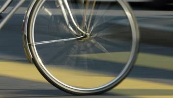 Nach einem Unfall mit dem Fahrrad musste ein Mann ins Spital. Der Unfallhergang ist unklar. (Symbolbild)
