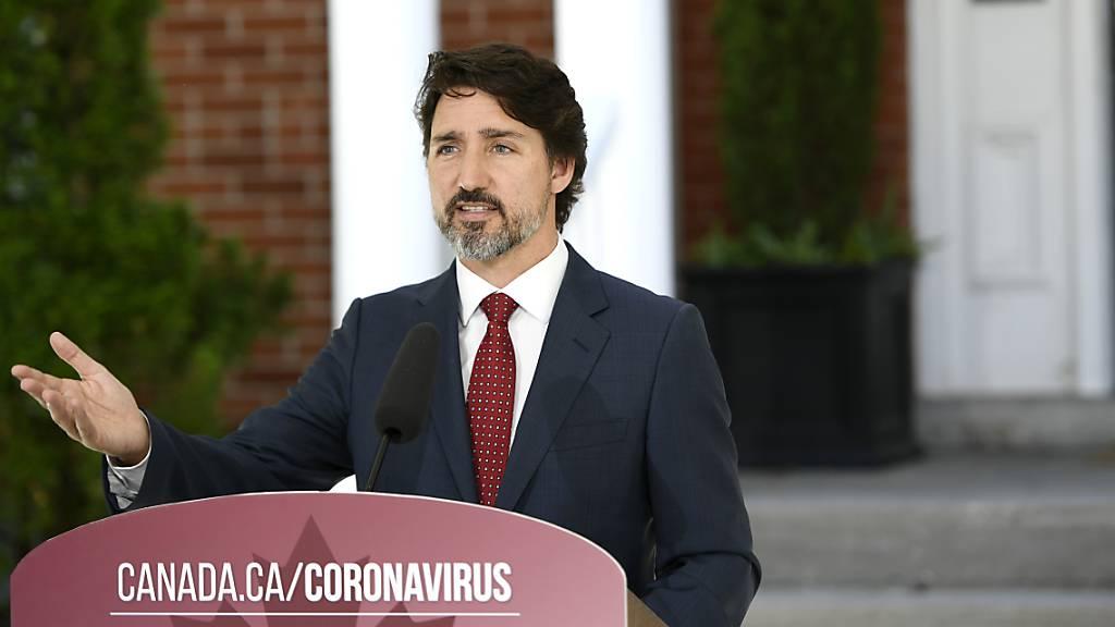 Justin Trudeau, Premierminister von Kanada, spricht während einer Pressekonferenz über die Covid-19-Pandemie vor seinem Wohnhaus Rideau Cottage. Der UN-Sicherheitsrat hat neue nichtständige Mitglieder gewählt. Für Trudeau wurde die Abstimmung zur Niederlage. Foto: Justin Tang/The Canadian Press/AP/dpa