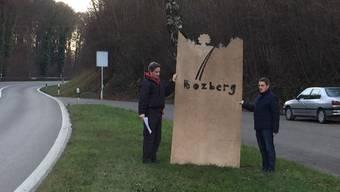 Künstler Daniel Schwarz (links) und Gemeinderat Heinz Dätwiler zeigen ein Modell der geplanten Bözberg-Eingangspforte am Standort Tiefgrub. ZVG