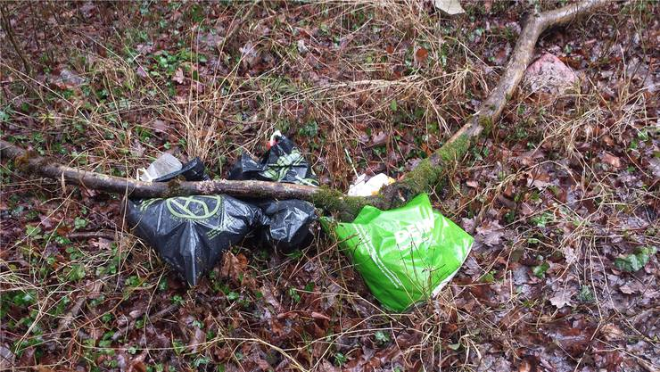 Nach dem Grillieren landeten die Abfallsäcke am Waldrand in Zuzgen. ZVG