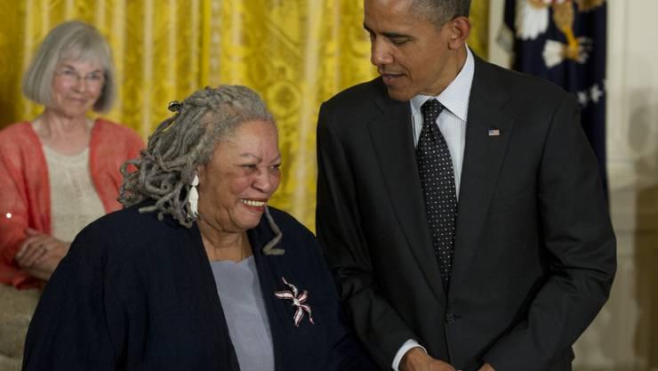 Hier erklärt Barack Obama einer Frau seine Liebe - und es ist nicht Ehefrau Michelle: Der ehemalige US-Präsident und Literaturnobelpreisträgerin Toni Morrison. (Archivbild)