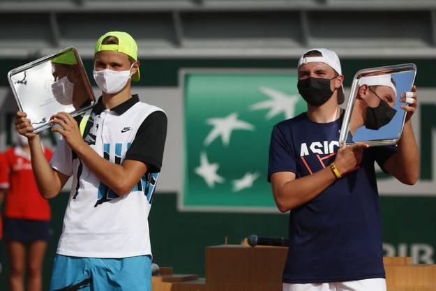 Dominic Stricker (r.) besiegte im Final der Junioren-Konkurrenz von Roland Garros Leandro Riedi und gewann auch noch im Doppel.