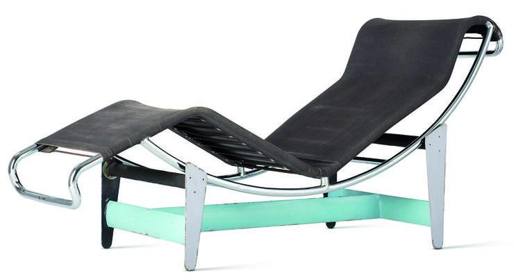 Sie ist aus verchromtem Stahlrohr, ihre Chaiselongue lässt sich vom Untergestell herunterheben - aus der Liege wird ein Schaukelsofa. Le Corbusier nannte den Entwurf «Ausruhe-Maschine».