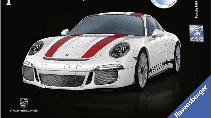 Ravensburger holt das klassische Puzzle in die dritte Dimension: Das 3D-Puzzle des Porsche 911 R besteht aus 108 passgenauen Kunststoffteilen aus dem 3D-Drucker, die auf ein Chassis mit detailgetreuen Felgen und Reifen aufgebaut werden. So entsteht in rund einer Stunde Bauzeit ein detailgetreues Modell des Sportwagenklassikers. Das Puzzle für rund 40 Franken in vielen Spielwarenabteilungen zu finden und sowohl für Kinder, als auch für erwachsene geeignet.