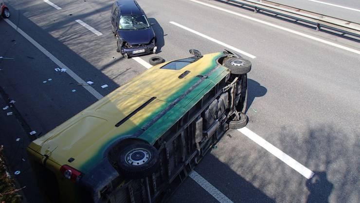 Ein Lieferwagen und ein Personenwagen bleiben nach heftiger Streifkollision auf der A3 liegen