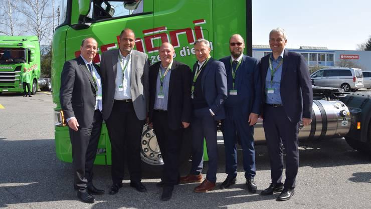 Freuen sich über die Alternative zu Diesel (v. l.): Regierungsrat Markus Dieth, Daniel Schöni (CEO Schöni Transport AG), Fuhrhalter Ueli Giezendanner, Adrian Amstutz (Zentralpräsident Nutzfahrzeugverband Astag), Jürg Röthlisberger (Direktor des Bundesamts Astra) und Gerhard Waser (Generaldirektor der Scania Schweiz AG).