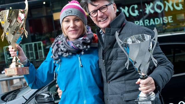 Debbie Nüssli und Clifford Lilley freuen sich über ihre Trophäen (Bild: Women Parking Challenge)