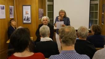 Die Dietiker Journalistin Helene Arnet (links) interviewte den Filmemacher Roland Huber. Sie und Regula Stauber, die Leiterin des Ortsmuseums, konnten zahlreiche Interessierte zur Vorführung des alten Dokumentarfilms über Dietikon begrüssen.