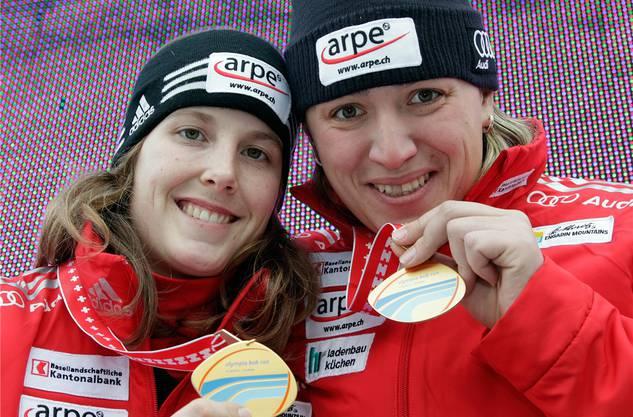 Hafner (l.) mit Udobkina und der SM-Goldmedaille von 2011. Key
