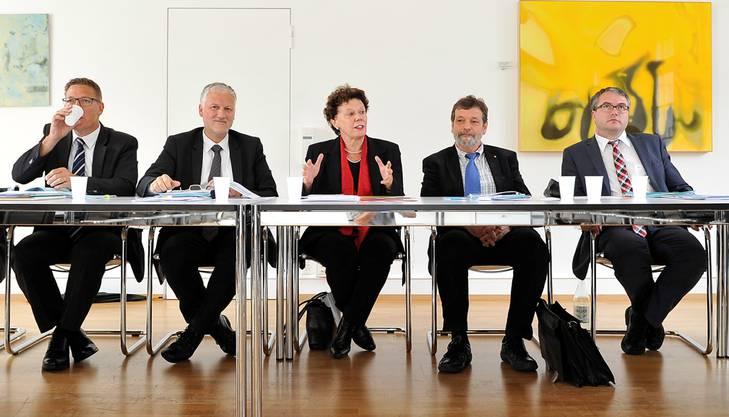 Frau Landammann Esther Gassler mit dem Gesamtregierungsrat an der Medienkonferenz.