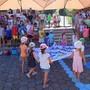 Die Kinder bringen ihre selbst gefertigten Fahnen zu den Fahnenstangen, wo sie zum Jubiläum 50 Jahre Schulhaus Aristau gehisst werden. An der Jubiläumsfeier beteiligten sich viele Aristauerinnen und Aristauer. Eddy Schambron