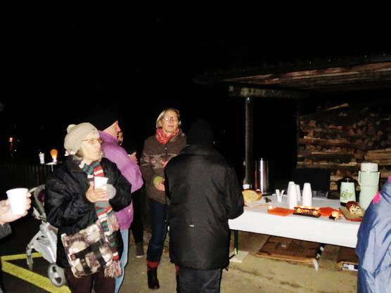 Hildegard Schmückle bedient uns mit Leckereien und Glühwein