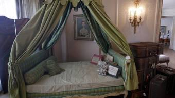 3000 Dollar brachte das grüne Himmelbett von Zsa Zsa Gabor bei einer Versteigerung ein. Ein Schnäppchen, wenn man bedenkt, wie viele berühmte Männer darin geschlafen haben, findet Witwer Frederic von Anhalt.