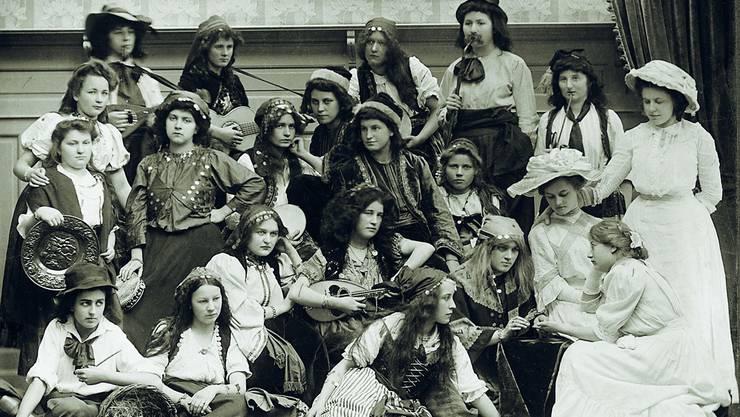 Offenbar wurden bereits im 19. Jahrhundert musische Fächer gut gepflegt: Schülerinnen inszenieren sich in einer «Maskerade».
