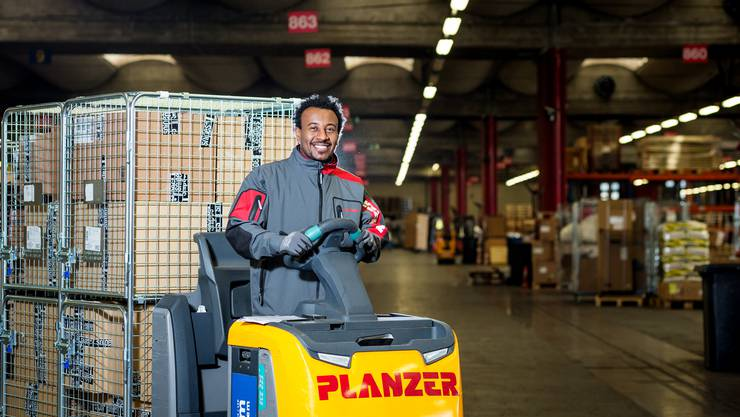 Der 28-jährige Eritreer Yohanes Yemane macht beim Transportunternehmen Planzer in Zürich Altstetten eine einjährige Integrationsvorlehre als Logistiker.