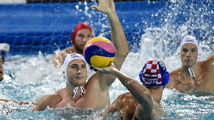Marton Vamos (Bildmitte, mit der weissen Kappe) konnte mit Ungarn die Kroaten nicht am ersten WM-Titel im Wasserball hindern