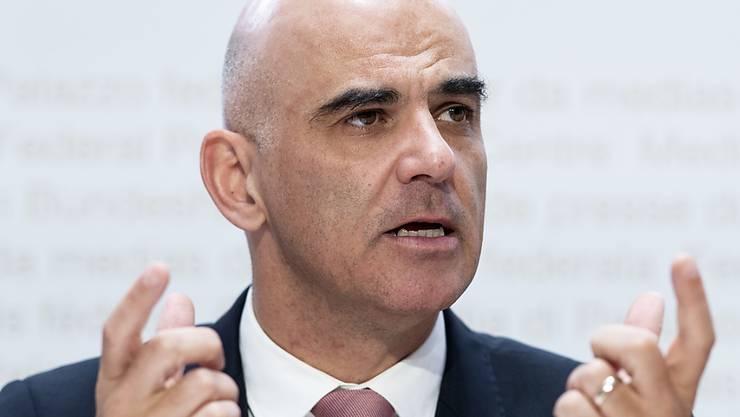 Sozialminister Alain Berset stellt die neuen Überbrückungsleistungen vor, die ältere Arbeitslose künftig erhalten sollen, wenn sie den Anspruch auf Arbeitslosengelder verlieren.