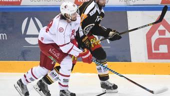Lausannes Sven Ryser (links) kämpft gegen Luganos Philippe Furrer um den Puck