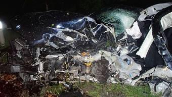 Ein Selbstunfall hat am späten Samstagabend in Rupperswil zwei Verletzte gefordert. Ein dritter Autoinsasse konnte das Fahrzeugwrack sogar unverletzt verlassen.
