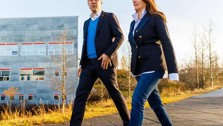 Wohin die vorgezogene Wahl den bisherigen Regierungschef Bjarni Benediktsson (im Bild mit seiner Frau) führen wird ist noch nicht absehbar