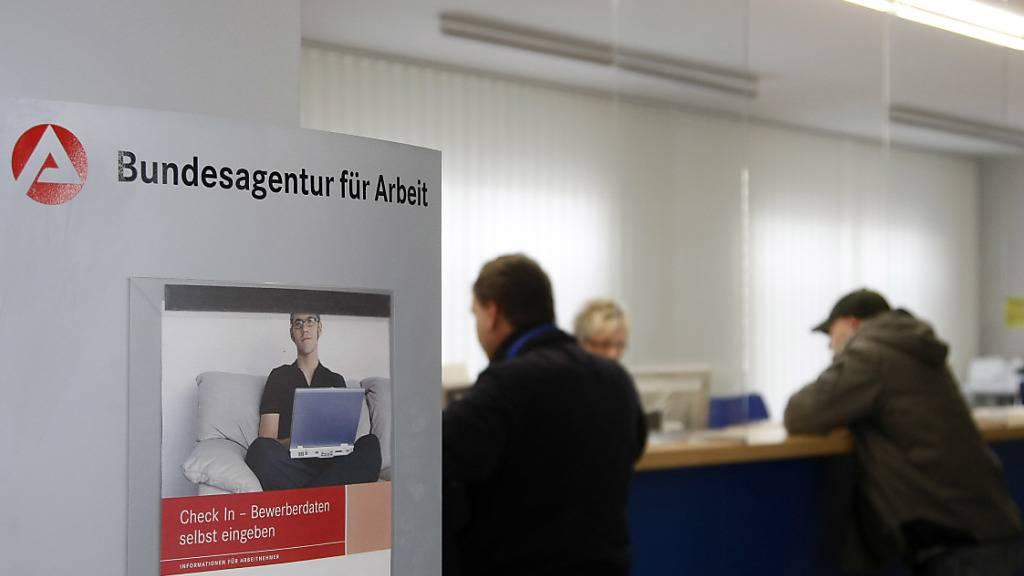 In Deutschland ist die Zahl der Arbeitslosen im August angestiegen. Allerdings erhöhte sich die Arbeitslosigkeit verglichen mit Juli in etwa so wie das jeweils vor den Sommerferien üblich ist.(Archivbild)