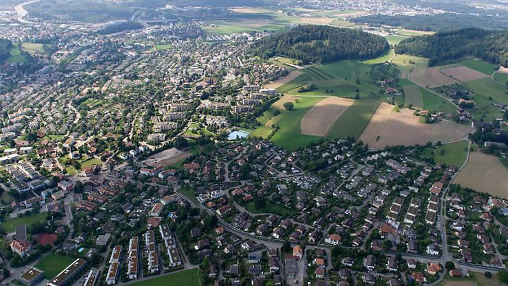 5,6 Prozent der Gesamtfläche der Schweiz sind Bauzonen. Das revidierte Raumplanungsgesetz möchte verhindern, das ausserhalb von Bauzonen zu viel gebaut wird. Die neusten Zahlen zeigen jedoch, dass der Landverbrauch dort weiter zunimmt, wenn auch etwas weniger schnell. (Archivbild)