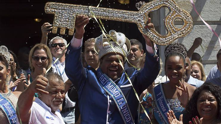 Bürgermeister Marcelo Crivella übergab König Momo symbolisch den Stadtschlüssel im berühmten Samba-Tempel im Zentrum Rios.