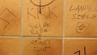 Rechtsradikale Sprüche an Wänden sind wie rassistische Beleidigungen im Arbeits- und Schulalltag keine Ausnahme, wie ein Bericht des Bundes zeigt. (Symbolbild)