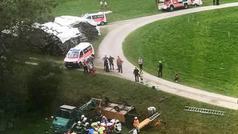 Die Kutsche stürzte einen Abhang hinab und landete mit den Rädern nach oben in einem Bachbett.