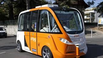 Autonome Busse wie hier in Genf könnten das Verkehrssystem der Schweiz entlasten und Ressourcen schonen. Dafür müsste die Politik die Entwicklung des automatisierten Fahrens in der Schweiz jedoch aktiv lenken. (Archivbild)