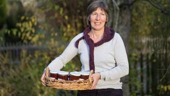 Die Wettingerin Helen Suter macht aus den Früchten, die sie in den Gärten von Privaten und Firmen aufliest, rund 200 Gläser Konfitüre jedes Jahr. Mario Heller