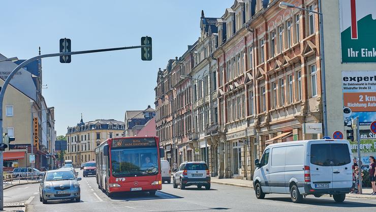 Prunkvolle Fassaden, menschenleere Einkaufsstrassen, Plattenbauten und Nachkriegshäuser: Sie alle bilden das Erscheinungsbild von Freital.