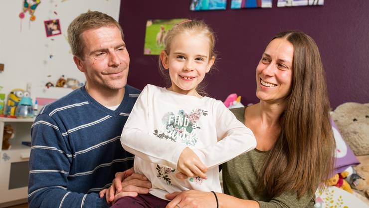 Vater Andy Wolf und Mutter Kristin Frenzel geben die Hoffnung auf Heilung für die kleine Emma nicht auf. SEVERIN BIGLER