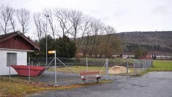 Zwischen dem Zaun (vorne) und den Überlaufbecken (Bildmitte hinten) kommt der Lehrbienenstand zu stehen.