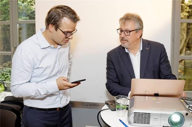 Beat Flach (rechts) am Wahlsonntag mit Wahlkampfleiter Philippe Kühni