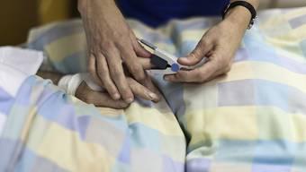 Die Unia will mit einer Kampagne die Arbeitsbedingungen des Pflegepersonals verbessern. (Symbolbild)