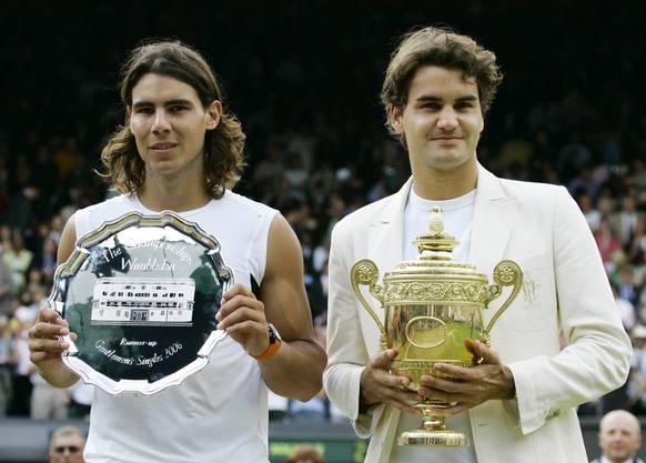 2006: Final Wimbledon: Federer s. Nadal 6:0, 7:6, (7:5), 6:7 (2:7), 6:3. Federer steht im Zenit seines Schaffens. Er gewinnt zum dritten Mal in Folge mehr als zehn Turniere in einem Jahr und weist Ende Jahr eine 92:5-Siegbilanz auf. Auf dem Weg zum vierten Wimbledon-Titel gibt er nur im Final gegen Rafael Nadal einen Satz ab, gegen den er in diesem Jahr zuvor alle Duelle verloren hatte, unter anderem im Final der French Open. «Es war schrecklich eng», sagt Federer nach dem vierten Triumph in Folge. «Ich bin sehr glücklich. Das war das beste Grand-Slam-Turnier meiner Karriere.»