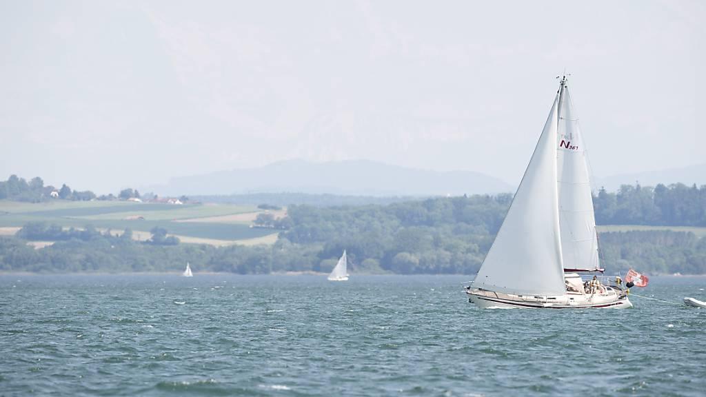 Segler schwimmen nach Schiffbruch eine Stunde lang zum Ufer