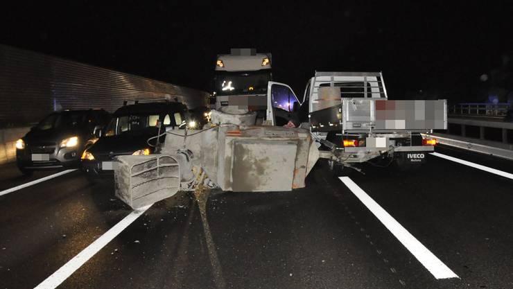 Ausgelöst wurde der Unfall durch einen Lastwagen mit Anhänger, der den Anhänger eines Lieferwagens touchierte.