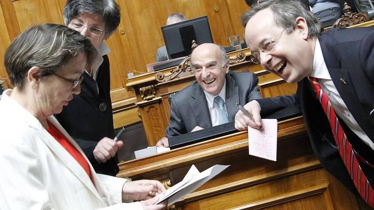 Lachen nicht vergangen - trotz Vertrauensverlust: Bundesrat Hans-Rudolf Merz,  Hildegard Faessler,SP, Peter Malama, FDP, und Lucrezia Meier-Schatz,CVP.