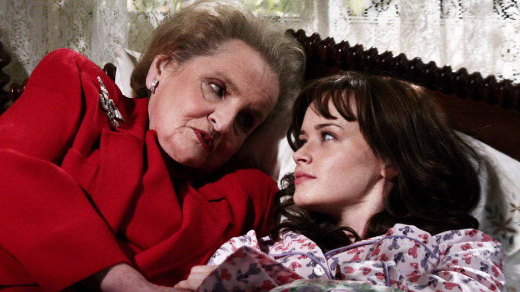 """Bald hat das Warten eine Ende: Im November feiert die erfolgreiche US-Serie """"Gilmore Girls"""" um Rory (rechts, mit Gaststar und ehemaliger US-Aussenministerin Madeleine Albright) und deren Mutter Lorelay Gilmore ihr Comeback auf Netflix. (Pressebild)"""