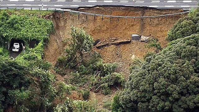 Autobahn durch Erdbeben beschädigt