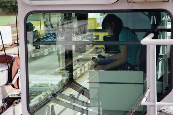 Die Kranführerin beim Post-Paketzentrum Tanja Eggimann freut sich, wenn die Leute konsumieren. Dann geht ihr die Arbeit nicht aus.