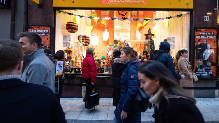 Einkaufen in Stockholm - ohne Maske. Schweden verzichtet trotz steigender Zahlen auf die Maskenpflicht.