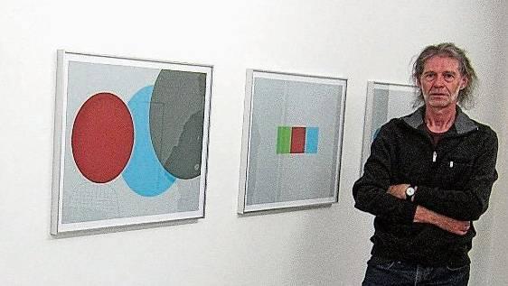 Hansjörg Müller vor seinen Bildern.