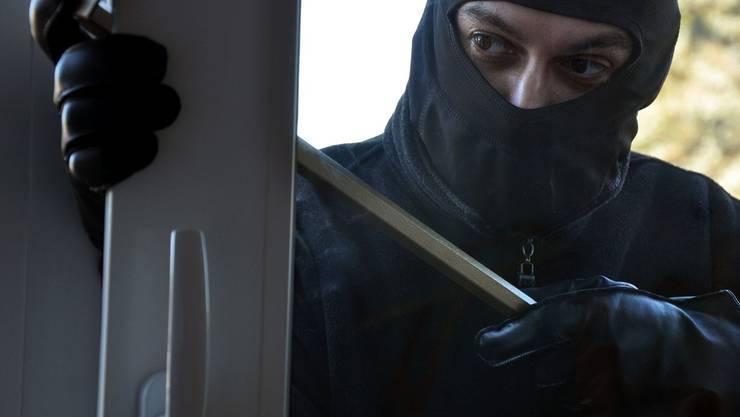 Einbrecher dringen in Haus ein, als Bewohner zu Hause ist – sie können flüchten. (Symbolbild)