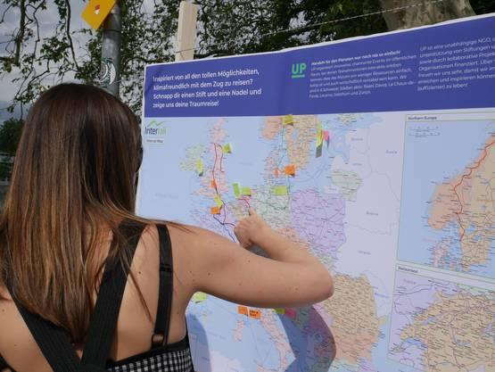 Passantinnen und Passanten zeichnen ihre Lieblingszugreise oder nächste Reisedestination auf der Europakarte ein.