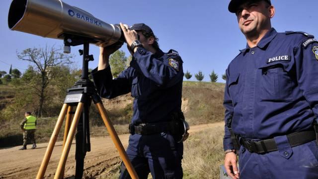 Griechische Polizeibeamte überwachen die Grenze zur Türkei (Archiv)